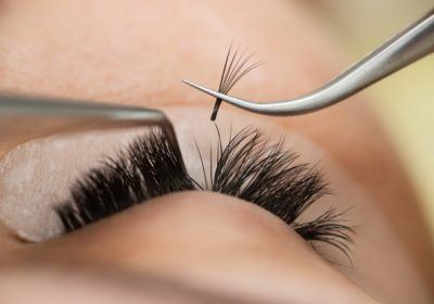 master-builds-up-large-colored-eyelashes-client-preparation-beauty-photography-creating-image_213607-807